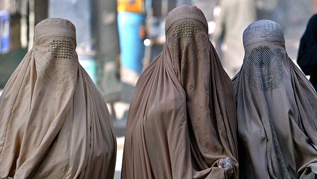 Bizarres Burka-Verbot in der Terrorhochburg des IS (Bild: EPA)