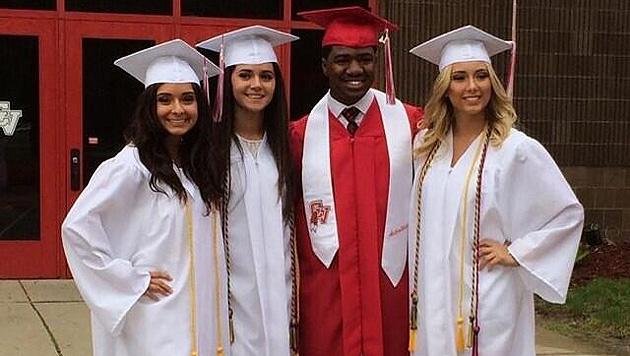 Hailie (ganz rechts) hat ihren Highschool-Abschluss. Jetzt geht's aufs College. (Bild: twitter.com/hailiexjade)