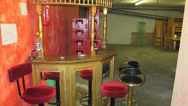 Dieser Raum fungiert als Garage und gleichzeitig als Bar. (Bild: Magistrat)