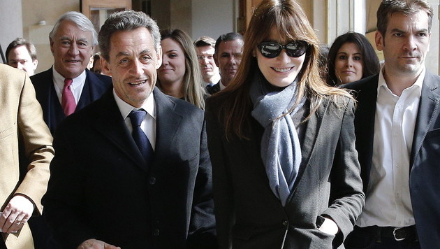 Sarkozy und Gattin Carla Bruni bei einem Urnengang im März 2014. (Bild: APA/EPA/YOAN VALAT)