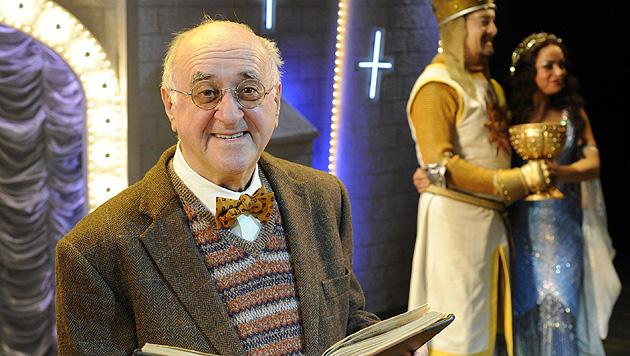 """Als Moderator beim Monty-Python-Musical """"Spamalot"""" im Jahr 2009. (Bild: dpa/Jörg Carstensen)"""