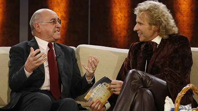 """Biolek bei Thomas Gottschalk auf der """"Wetten, dass..?""""-Couch. (Bild: AP Photo/Ina Fassbender)"""