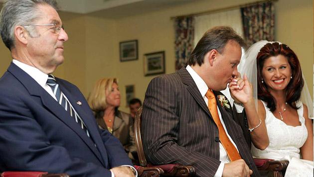 Zu einer ungewöhnlichen Amtshandlung kam es im September 2004: der Bundespräsident als Trauzeuge (Bild: APA/Dragan TATIC/HBF)