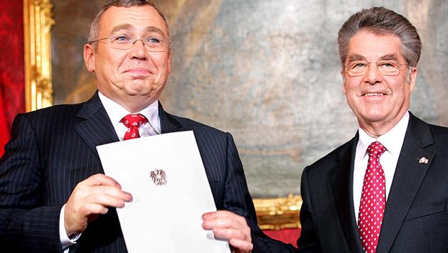 Im Jänner 2007 gelobte Fischer die neue SPÖ-ÖVP-Regierung unter Alfred Gusenbauer an (Bild: APA/ROLAND SCHLAGER)