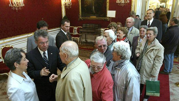 Den Tag der offenen Tür in der Hofburg nutzten viele für ein Pläuschchen mit dem neuen Präsidenten (Bild: APA/HERBERT PFARRHOFER)