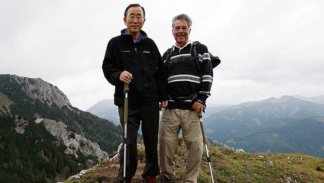 Mit UN-Generalsekretär Ban Ki Moon beim Wandern durch Österreich (Bild: APA/DRAGAN TATIC)