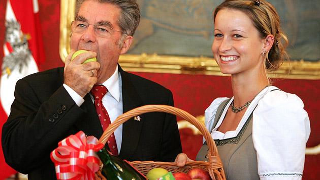 Nach vielen Staatsvisiten im ersten Jahr erwies auch die steirische Apfelkönigin Fischer die Ehre (Bild: APA/HANS KLAUS TECHT)