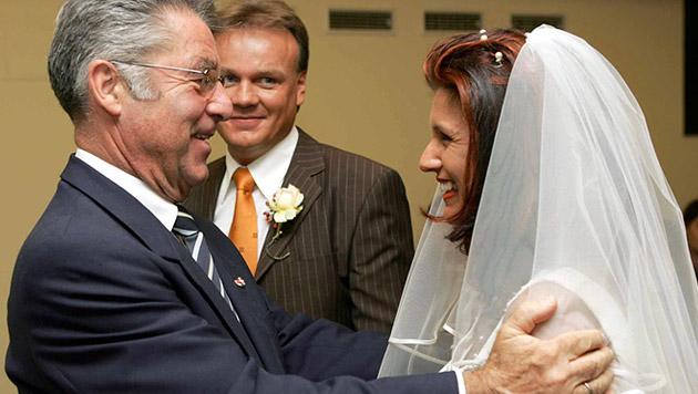 Fischer löste damit ein Versprechen aus seinem Wahlkampf ein - sichtlich zur Freude der Braut (Bild: APA/Dragan TATIC/HBF)