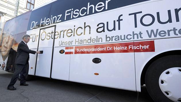 Für die Wahl in seine zweite Amtszeit ging Fischer auf Wahlkampf-Tour durch Österreich (Bild: APA/ROLAND SCHLAGER)