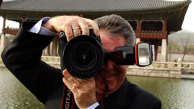 Ab und zu greift der Bundespräsident auch selbst zur Kamera - wie hier beim Besuch in Südkorea (Bild: APA/Robert Jaeger)