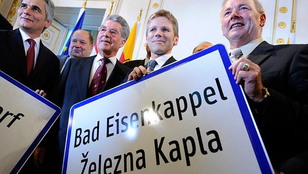 Im selben Jahr wurde die Ortstafellösung für Kärnten feierlich begangen (Bild: APA/ROLAND SCHLAGER)