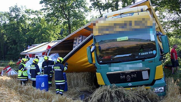 Lkw umgestürzt: Schwere Ladung auf Feld verstreut (Bild: Matthias Lauber/laumat.at)
