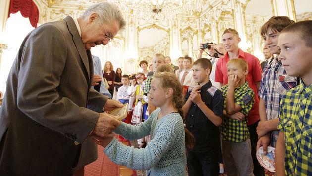 """Heinz Fischer empfängt 2.000. """"Tschernobyl-Kind"""" (Bild: APA/PETER LECHNER)"""