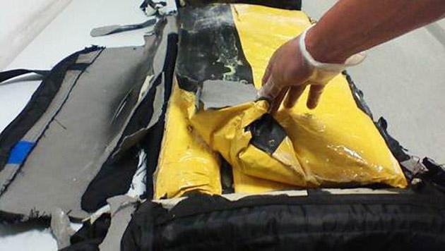 Im doppelten Boden einer Reisetasche waren 13 Kilogramm Heroin versteckt. (Bild: LPD NÖ)