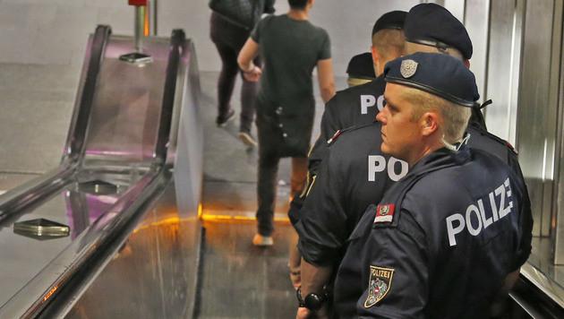Bewaffnete Burschen als Personenschützer unterwegs (Bild: Zwefo)