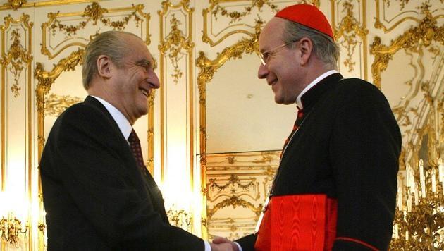 Schönborn (re.) stattet Thomas Klestil 2003 einen Besuch in der Präsidentschaftskanzlei ab. (Bild: APA/Roland Schlager)