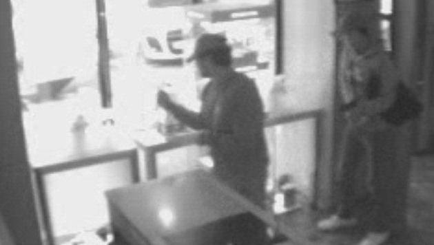 Die Täter wurden von der Überwachungskamera gefilmt. (Bild: Polizei)