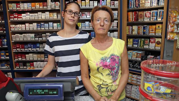 Kathrin Seiser (24) und Karin Hofstätter (52) sind die Trafikantinnen in Felixdorf. (Bild: Klemens Groh)