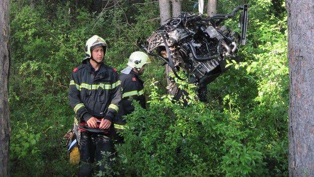 Feuerwehrleute holten den Motorblock mit einem Kran aus dem Unterholz. (Bild: APA/PRESSETEAM DER FEUERWEHR WIENER NEUSTADT)