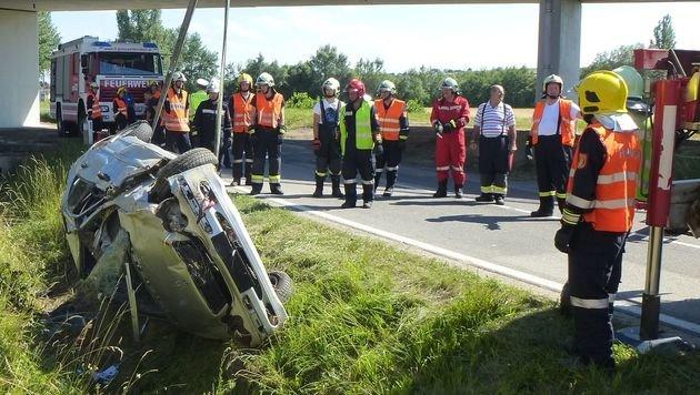 Auto stürzt in NÖ über Böschung: Lenkerin tot (Bild: FF Großweikersdorf)