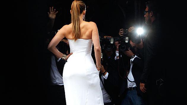 Donatella Versace und Jennifer Lopez als Brautpaar (Bild: AP/Thibault Camus)