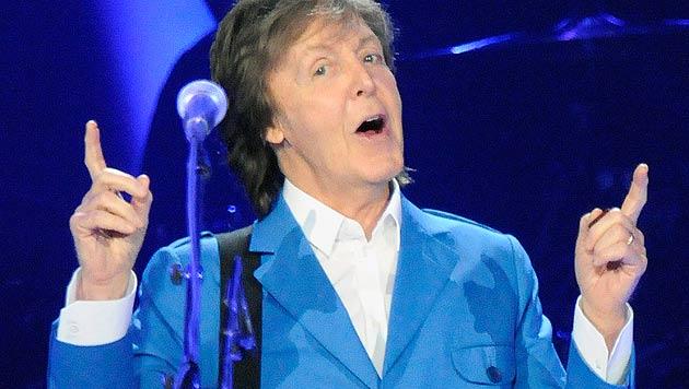 Paul McCartney stiftet Ehe bei Konzert (Bild: AP/Hans Pennink)