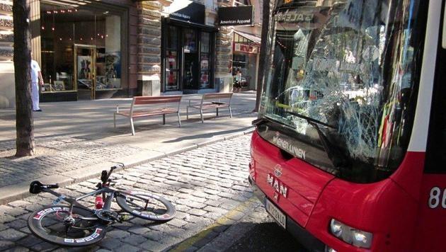 Die Frontscheibe des 13A-Busses ging bei der Kollision zu Bruch, das Bike landete auf der Straße. (Bild: Wiener Linien)