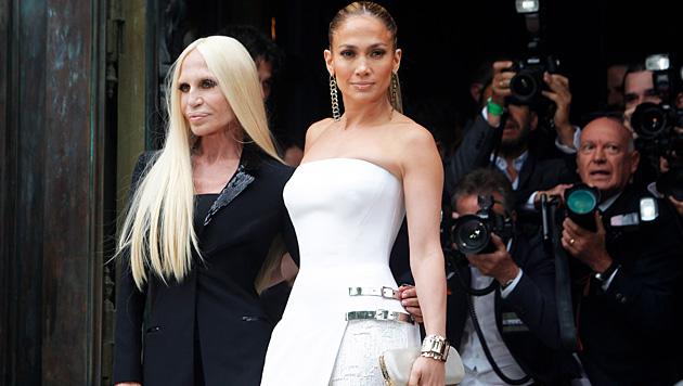 Jennifer Lopez besuchte die Schau von Donatella Versace. (Bild: AP)