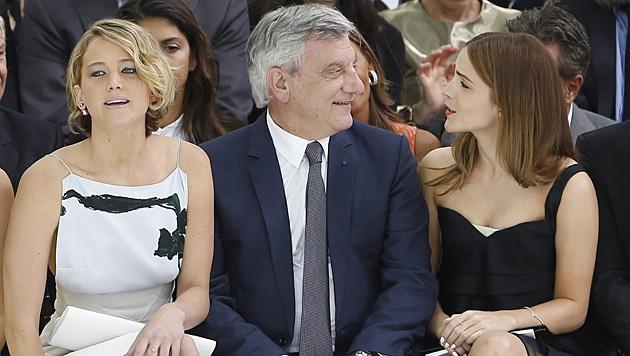 Jennifer Lawrence und Emma Watson mit Dior-Chef Sidney Toledano. (Bild: APA/EPA/IAN LANGSDON)