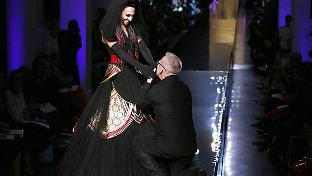 Conchita Wurst als Braut bei Gaultier am Laufsteg (Bild: APA/EPA/IAN LANGSDON)