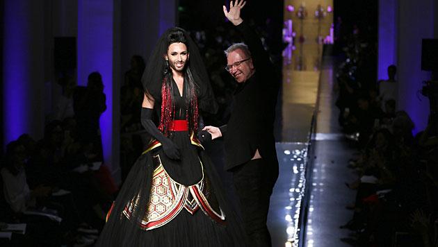 In Designer Jean Paul Gaultier hat Conchita einen großen Fan. (Bild: APA/EPA/IAN LANGSDON)