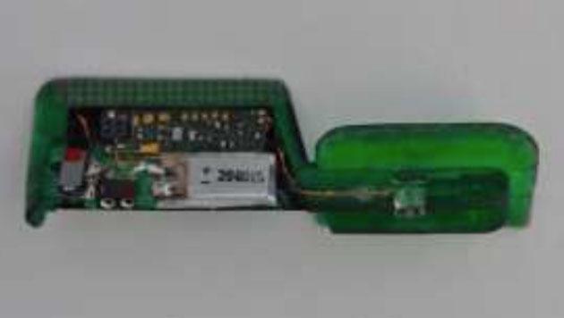 Mini-Skimmer wie dieser werden unauffällig am Kartenschlitz des Bankomaten montiert. (Bild: EAST)