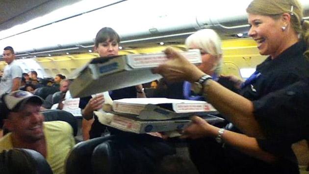 Austro-Pilot bestellt Pizzen für 160 Passagiere (Bild: Logan Marie Torres)