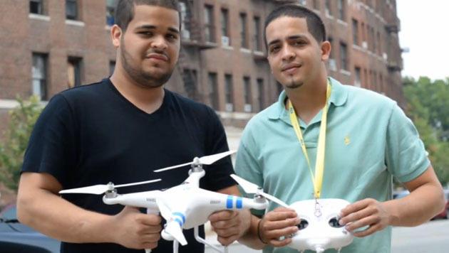Drohne zu nah an Polizei-Heli: 2 Männer verhaftet (Bild: YouTube.com/New York Daily News)