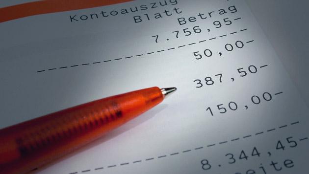 Wie spart man die vielen Kosten fürs Gehaltskonto? (Bild: thinkstockphotos.de)