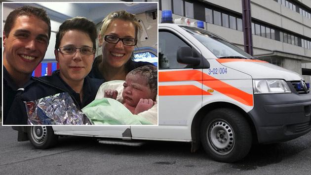 """Die Sanitäter Benedikt Faulhammer, Nicole Posch und Julia Zielinski mit der kleinen Sarah (Bild: """"Krone"""", Andreas Graf)"""