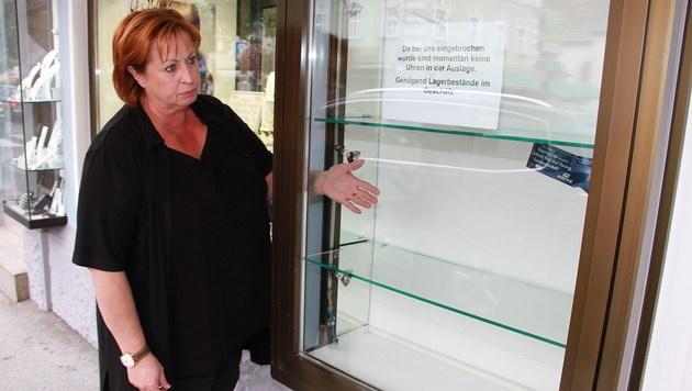"""Silvia Königsberger: """"Die Täter haben die Vitrinen aufgezwängt."""" (Bild: Sepp Fürbass)"""