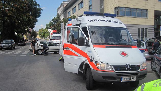 Autos kollidieren auf Kreuzung - drei Verletzte (Bild: Presseteam der Feuerwehr Wiener Neustadt)
