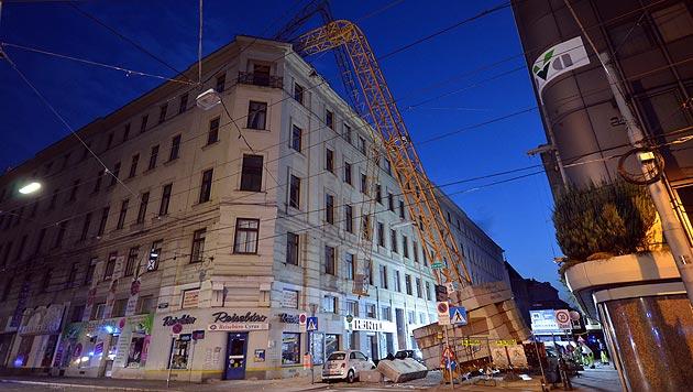 Straße gab nach - Kran auf Haus in Wien gestürzt (Bild: MA 68 Lichtbildstelle)