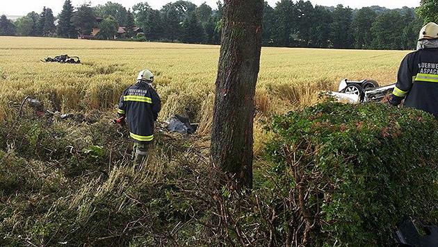 Auto bei Unfall entzweigerissen - Lenker überlebt (Bild: FF Aspach)