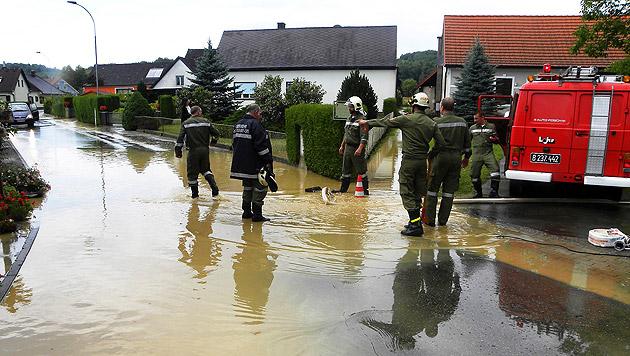 Bgld: Heftiges Gewitter sorgte für Überflutungen (Bild: APA/FF MOGERSDORF)