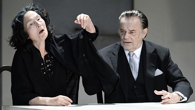 """Gert Voss (r.) als Orgon und Edith Clever als Dorine in """"Tartuffe"""" im Akademietheater in Wien. (Bild: APA/HERBERT NEUBAUER)"""