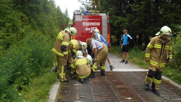 Sbg: Wanderer blieb mit Fuß in Viehsperre stecken (Bild: Facebook.com/Feuerwehr Dienten am Hochkönig)
