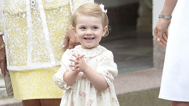 Prinzessin Estelle entzückt die Gratulanten-Schar (Bild: AFP)