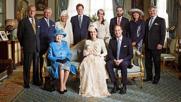 Prinz Georges große Familie: Oma Queen Elizabeth sitzt freilich in der ersten Reihe. (Bild: AFP)