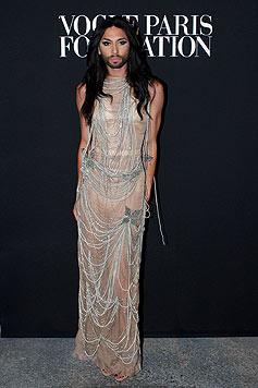 Conchita Wurst ist wohl unser schönster Mann in Frauenkleidern. Hier bei der Pariser Modewoche.