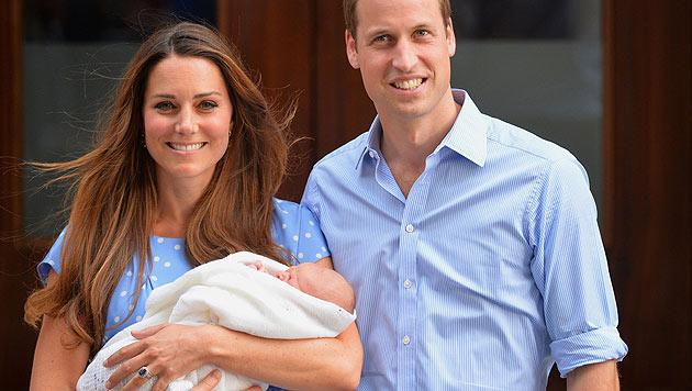 Den ersten offiziellen Fototermin nach seiner Geburt hat der kleine Prinz George verschlafen. (Bild: AP)