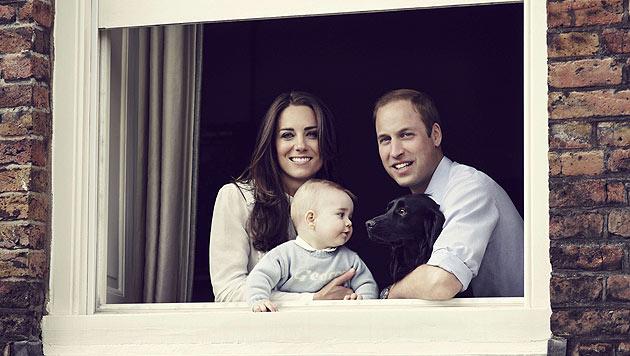 Bilderbuch-Familie: Prinz George mit seinen Eltern und Hund Lupo. (Bild: AFP)