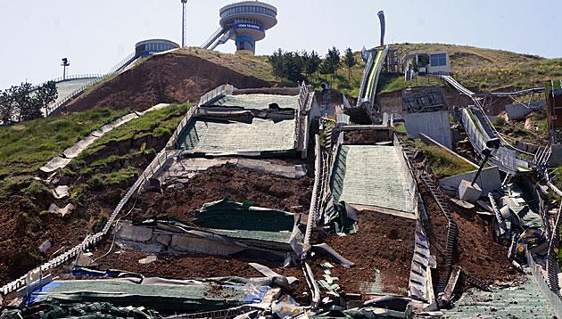 Skisprunganlage in Türkei durch Erdrutsch zerstört (Bild: AP)
