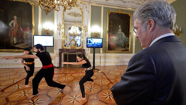 Bundespräsident Fischer schaut genau hin, wie man es macht. (Bild: APA/Herbert Neubauer)